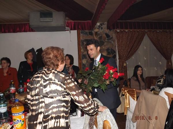 Peste 350 de doamne au primit trandafiri, oferiţi de deputatul Daniel Florea
