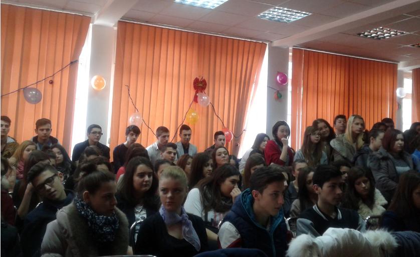 Elevii Liceului Mihai Eminescu au oferit daruri, de Moş Nicolae