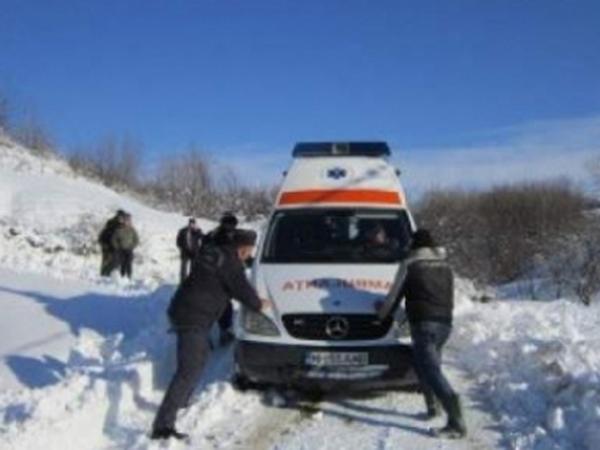 Două ambulanțe blocate de viscol, în județul Călărași