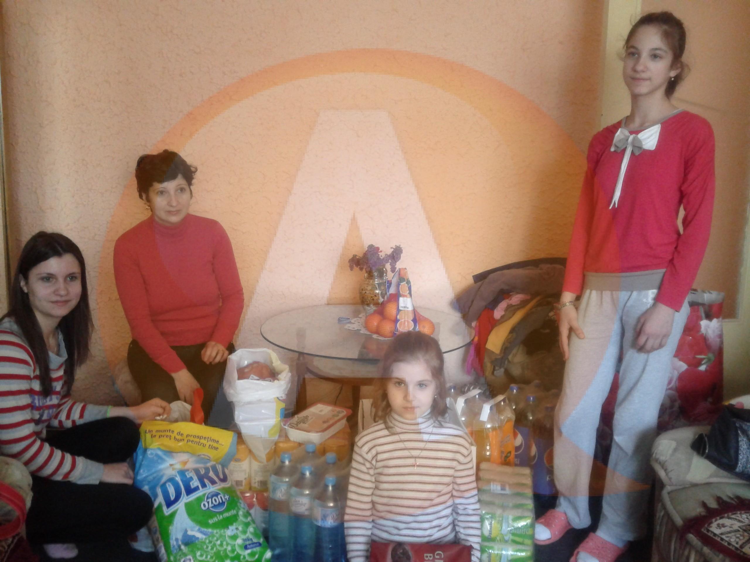 Un grup de tineri a adus un strop de bucurie şi multe daruri unor fetiţe din Călăraşi