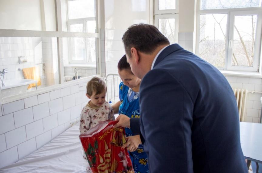 De Moș Nicolae, copiii internați în Spitalul Județean au primit daruri