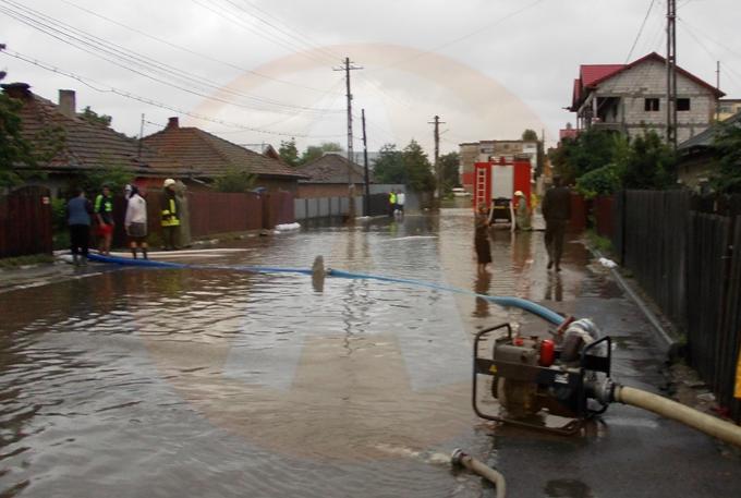 Intervenţii la inundaţii, în orașul Budești, în urma precipitaţiilor abundente