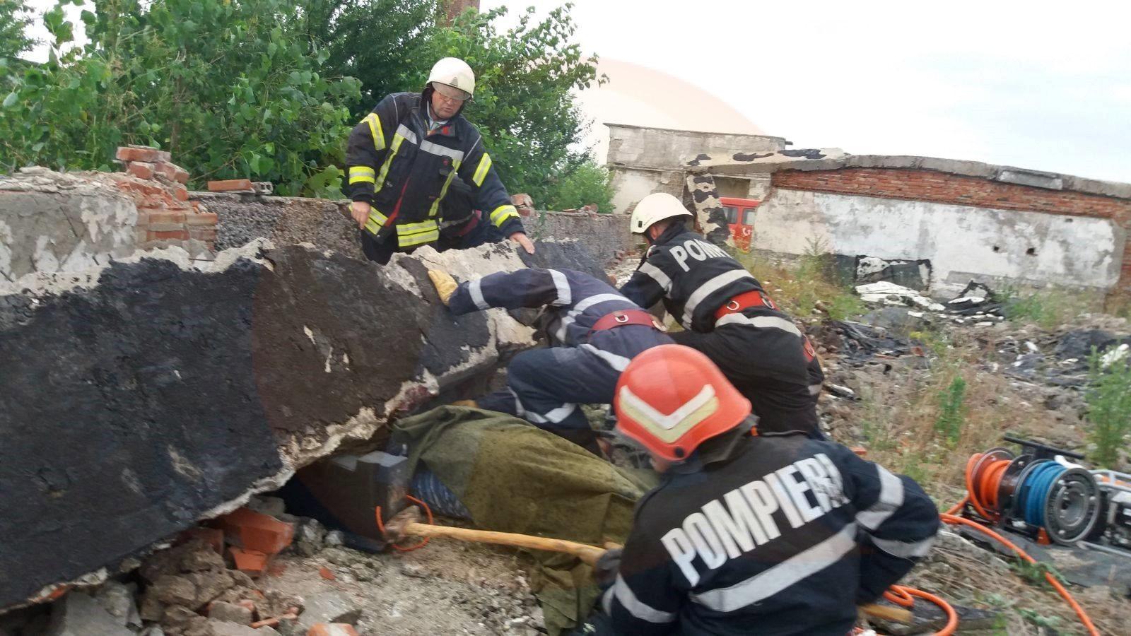 Misiuni contra-cronometru de salvare a locuinţelor şi gospodăriilor/ O persoană a decedat
