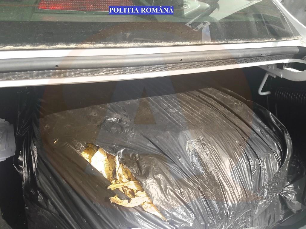 192 kg de tutun confiscate dintr-un autovehicul