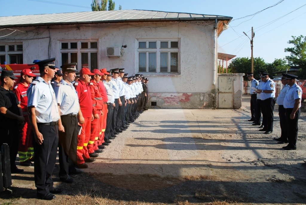 Doi pompieri militari din cadrul Secţiei Dragalina au ieșit la pensie în aplauzele colegilor de arme
