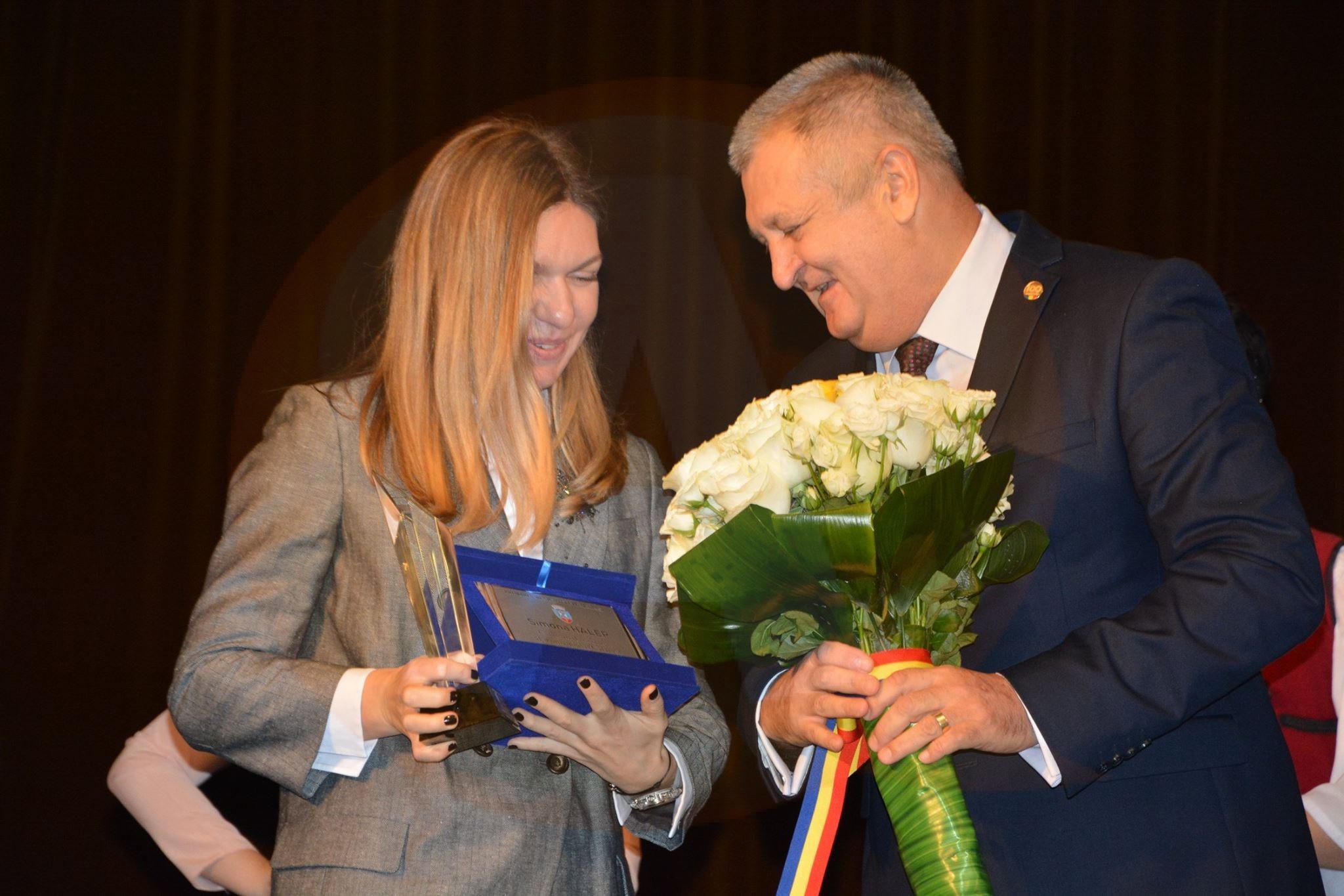 Simona Halep a dansat pe ritmuri armânești, după ce a primit titlul de cetățean de onoare al municipiului Călăraşi