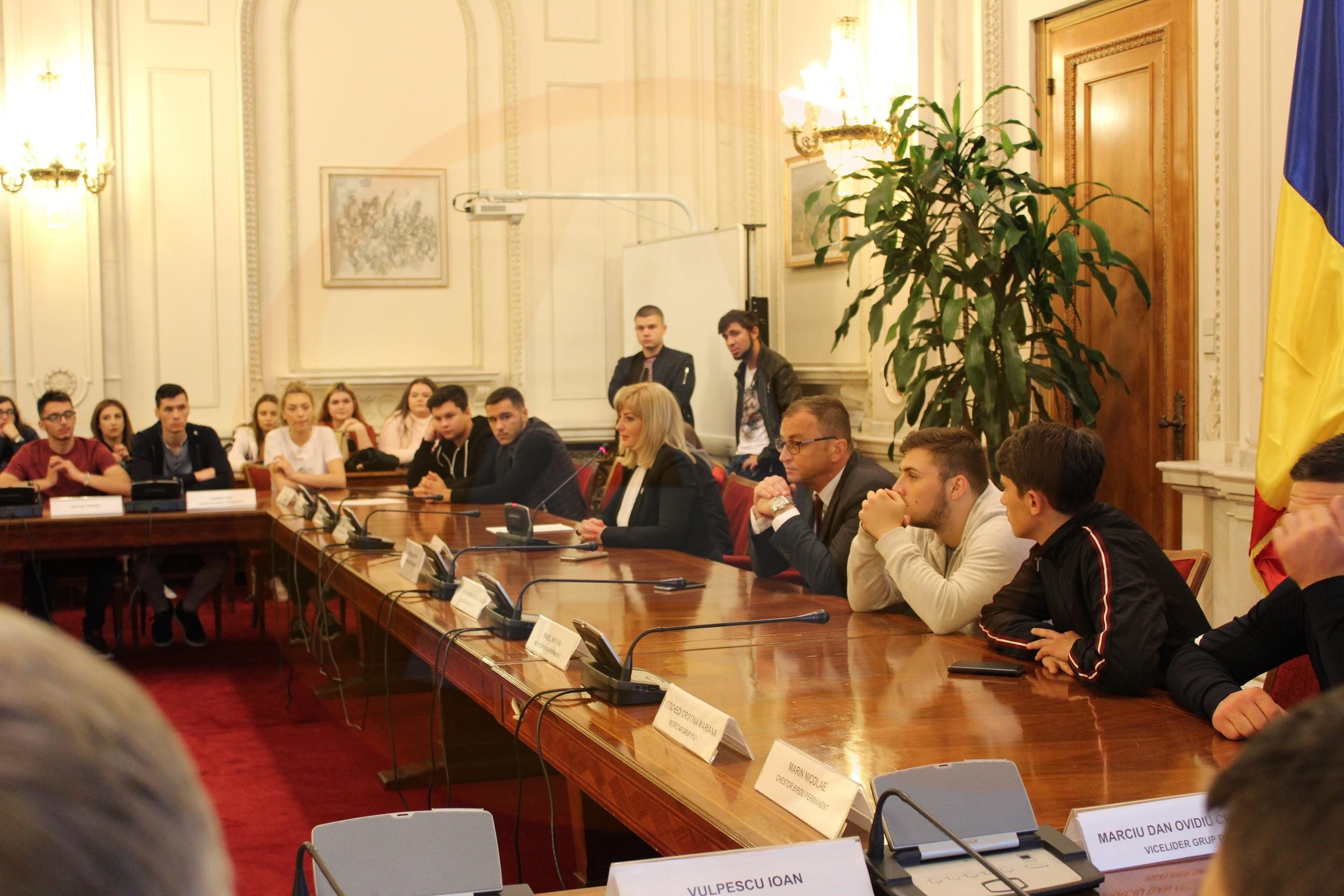 120 de elevi și cadre didactice, de la Colegiul Economic din Călărași, au vizitat Palatul Parlamentului