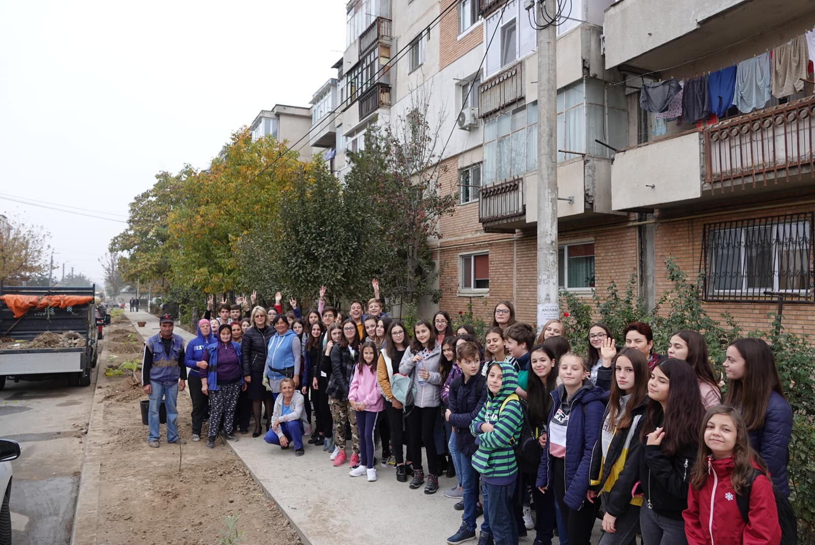 Primăria Călărași a plantat copaci, împreună cu voluntarii Liceului M. Eminescu
