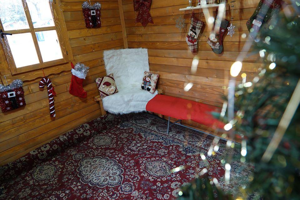 Moș Crăciun îi așteaptă pe copii la căsuța sa, din centrul orașului