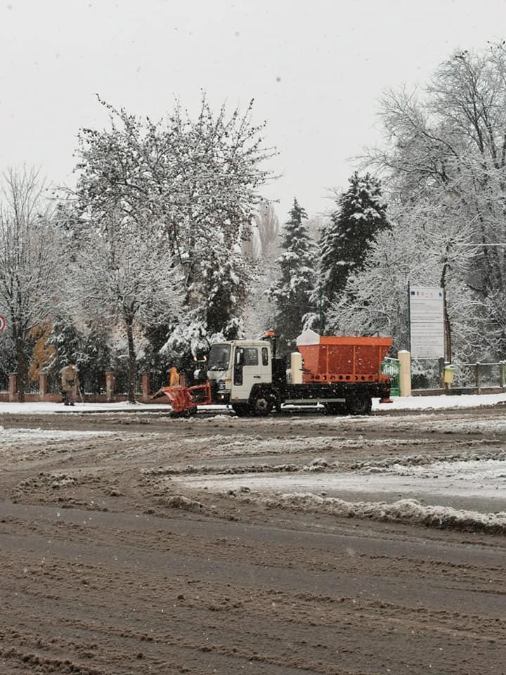 Utilajele de deszăpezire au acționat la prima ninsoare, în municipiul Călărași